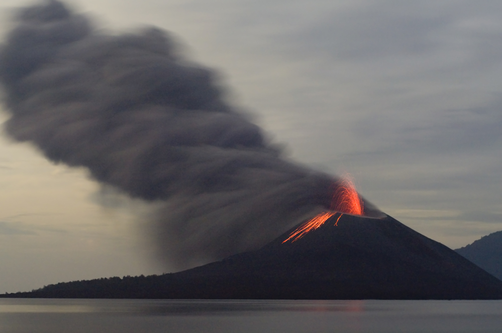 the-eruption-of-the-volcano-krakatau-and-the-end-of-the-world-on-the-network-(about-the-great-eyes-of-fear)