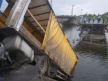 in-the-dnipropetrovsk-region,-a-bridge-collapsed-along-with-a-truck