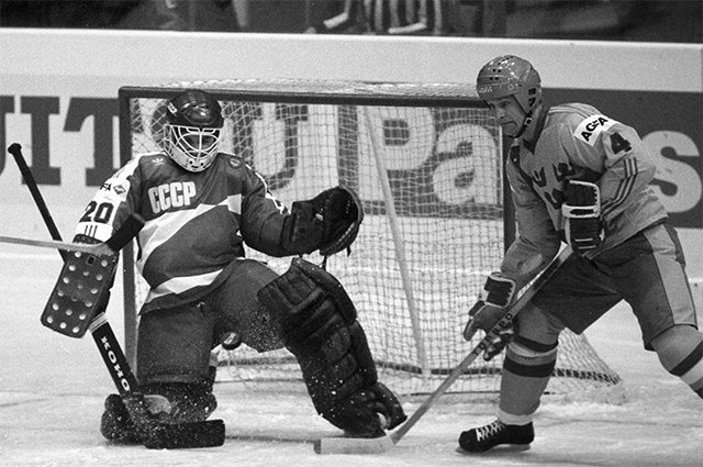 Goalkeeper Evgeny Belosheikin (CCCP) holds the defense during the match between the USSR and Sweden national teams at the World and European Championships in the Sports Palace of the Central Stadium named after  Lenin.  1986 year.