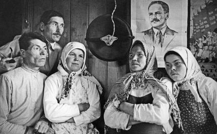 In the photo: a group of collective farmers listens on the radio to the speech of V.M. Molotov (his portrait on the wall) about the treacherous attack of Nazi Germany on the USSR, 1941