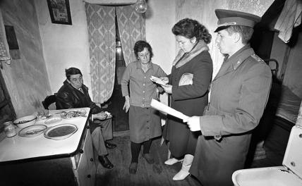 In the photo: the local inspector of the Levoberezhny District Department of Internal Affairs of Lipetsk and the head of the regional department of the bureau for employment and information of the population during a visit to those who do not work at home, USSR, 1987