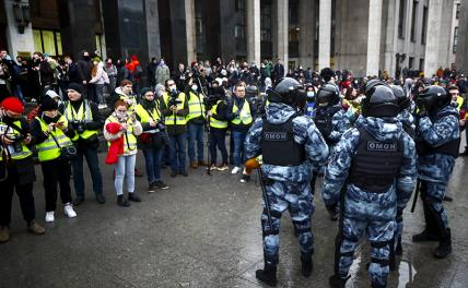 In the photo: law enforcement officers and media representatives during an unauthorized rally of Navalny's supporters in Moscow