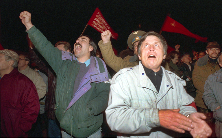 In the photo: on the night of September 22, Muscovites gathered in front of the building of the Soviets of the Russian Federation on the Free Russia Square in response to the television address of President Boris Yeltsin to the citizens of Russia.
