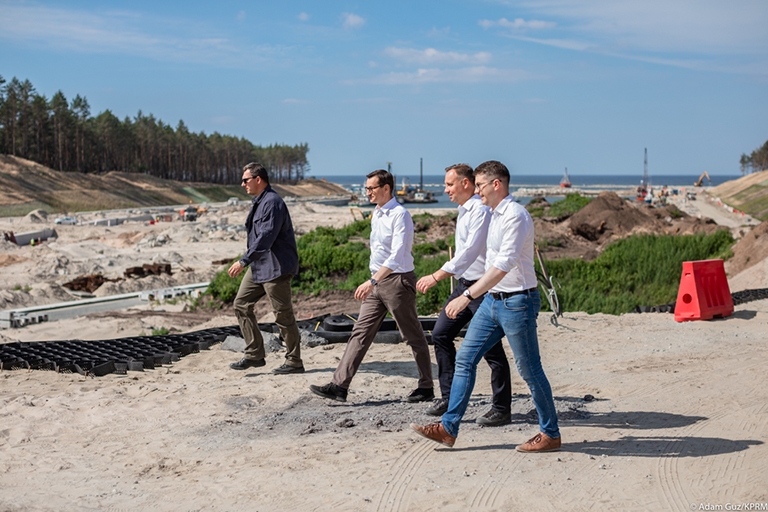 In the photo: Prime Minister Mateusz Morawiecki, President Andrzej Duda and Minister Piotr Müller walk through the moat.