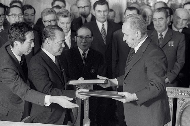 Chairman of the USSR Council of Ministers Alexei Kosygin and Japanese Foreign Minister Kakuei Tanaka exchange folders after the signing of the Soviet-Japanese documents in the Kremlin Palace of Congresses.  1973 year.