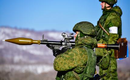 In the photo: servicemen during firing from an RPG-7 hand-held anti-tank grenade launcher at the exercises of the Pacific Fleet Marine Corps battalion at the Bamburovo training ground, Primorsky Territory.