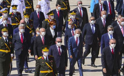 Photo: Turkish President Recep Erdogan (foreground right) surrounded by army commanders.